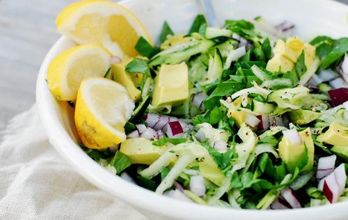 Insalata in verde con condimento raw