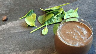 Smoothie con broccoli, fagioli neri e cacao