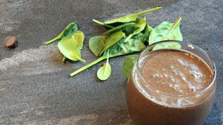 Smoothie con broccoli, fagioli neri e cacao
