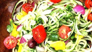 Spaghetti di cetriolo crudo dolci e speziati