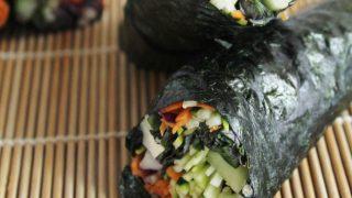 Wraps di alga nori con cetriolo e salsa speziata