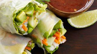 Involtini primavera con zucchine e avocado