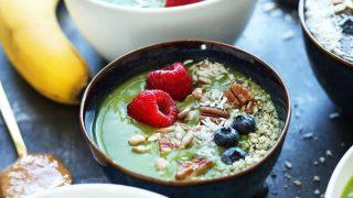 Smoothie con avocado, spinaci e frutti di bosco